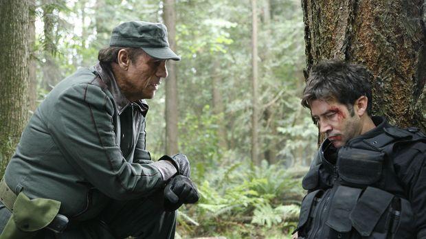 Der totgeglaubte Genii Kolya (Robert Davi, l.) kidnappt John (Joe Flanigan, r...