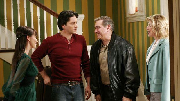 Faith (Christina Baranski, r.) bringt ihren neuen Freund Ellis (Dan Laurie, 2...