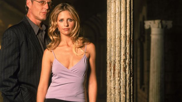 (5. Staffel) - Giles (Anthony Stewart Head, l.) steht Buffy (Sarah Michelle G...