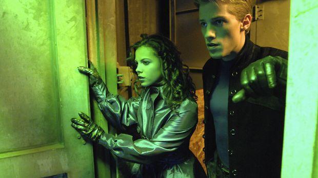 Als ihr Vater entführt wird, muss Melissa (Emily Osment, l.) dessen Superheld...