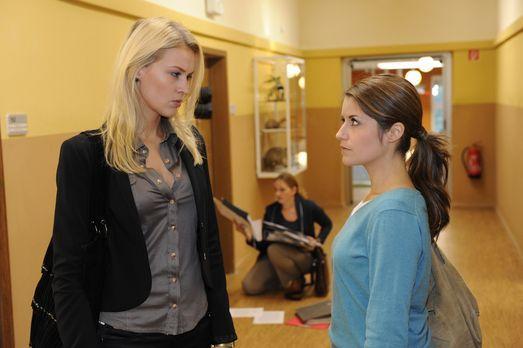 Bea (Vanessa Jung, r.) hadert weiterhin mit sich. Soll sie zurück an die Schu...