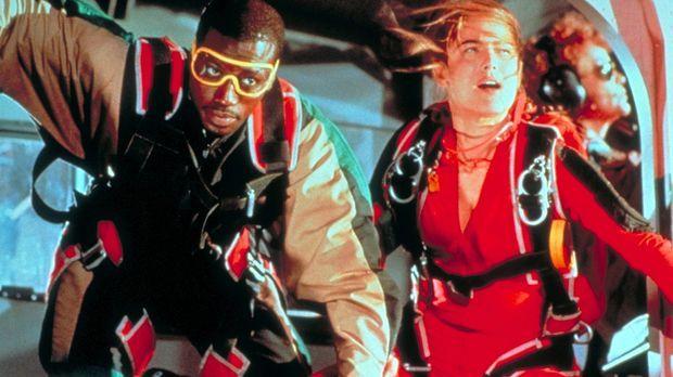 Widerwillig führt Fallschirmspringerin Jessie Crossman (Yancy Butler, r.) den...
