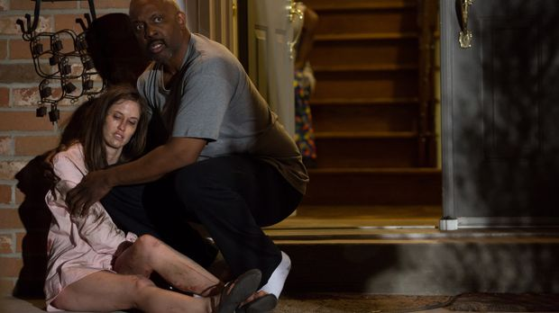 Mit allerletzter Kraft schleppt sich die drei Mal angeschossene Bridget zum n...