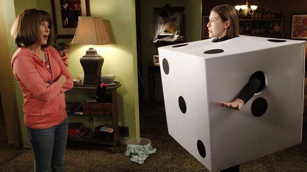 Nachdem Sue (Eden Sher, r.) mit ihrem Halloweenkostüm auf einer Party unangen...