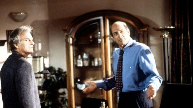 Dr. Donati (Alan Rachins, r.) beruhigt seinen Komplizen Jack (Josh Taylor, l....