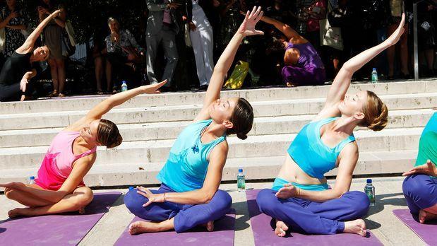 yoga-arm-wellenbewegung-11-09-13-Amy-Sussman-getty-AFP