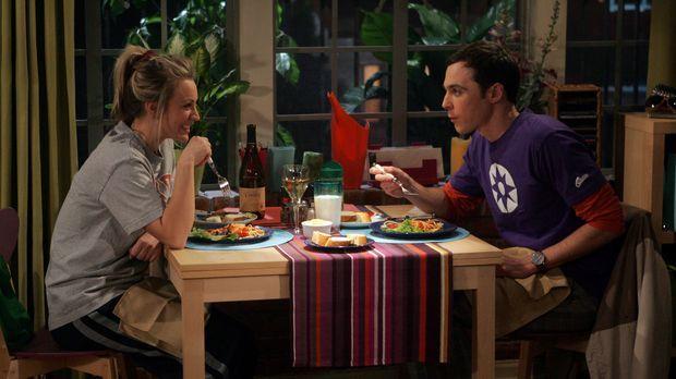 Sheldon (Jim Parsons, r.) verabredet sich mit Penny (Kaley Cuoco, l.) zum Spa...