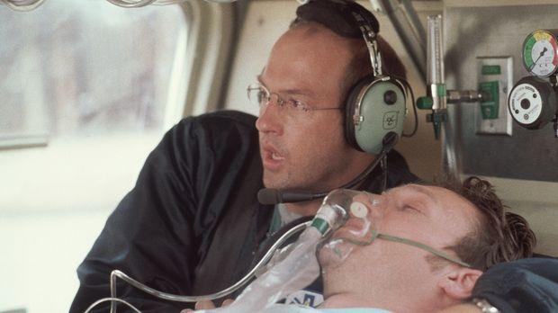Höchste Alarmstufe: Greenes (Anthony Edwards, l.) Patient bekommt im Rettungs...