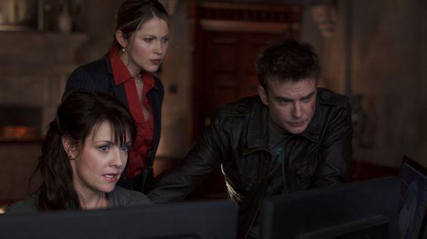 Während Helen (Amanda Tapping, l.) in der Vergangenheit versucht, die Gegenwa...