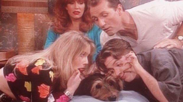 Peggy (Katey Sagal, hinten l.) ist brüskiert: Seit Hund Buck Bauchschmerzen h...