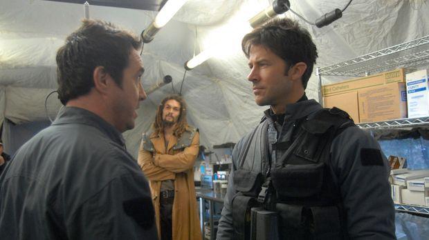 Sheppard (Joe Flanigan, r.), Ronon (Jason Momoa, M.) und Dr. Carson Beckett (...