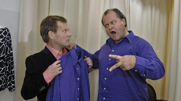Mathias (Mathias Schlung, l.) hat in der Boutique zufällig das selbe Hemd wie...