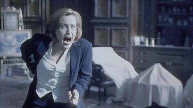 Scully (Gillian Anderson) greift in Panik zur Waffe, als ihr in einem unbewoh...