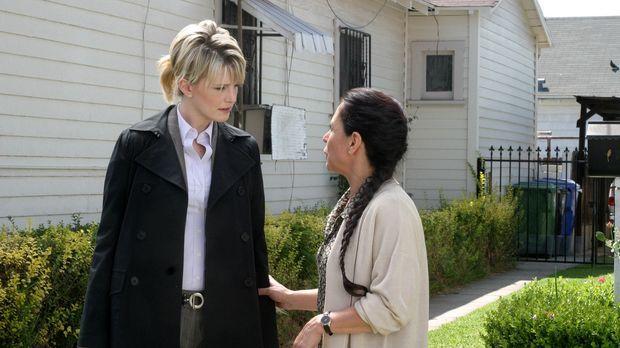 Äußerst interessiert hört Det. Lilly Rush (Kathryn Morris, l.), was ihr Joan...