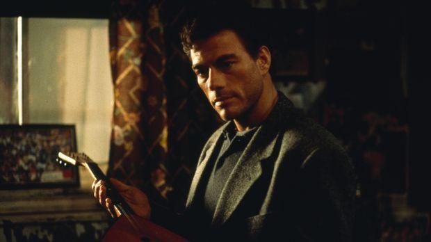 Um den Mord an seinem Zwillingsbruder Mikhail rächen zu können, schlüpft Insp...