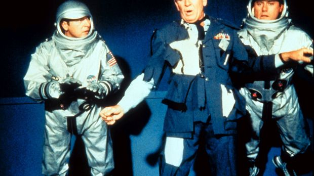 Dier Astronauten Tony (Larry Hagman, r.) und Roger (Bill Daily, l.) versuchen...