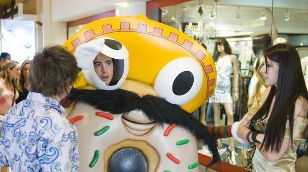 Peinlicher Ferienjob als Doughnut: Ian (Josh Zuckerman, M.) und sein bester F...