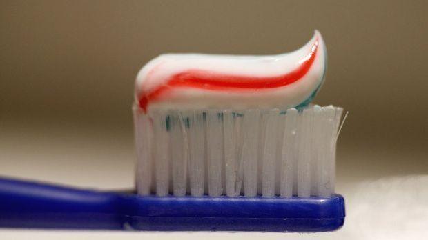 Zahnpasta auf Zahnbürste