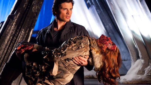 Weil sie versucht, Clark (Tom Welling, hinten) zu retten, wird Tess (Cassidy...