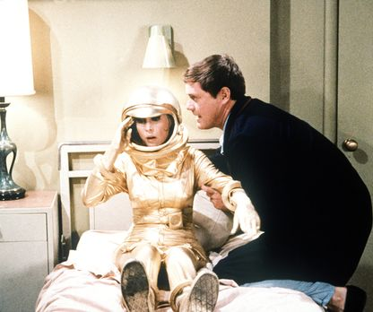 Nach einer Weltraummission muss Tony (Larry Hagman, r.) für drei Wochen in Qu...