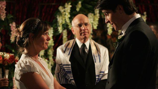 Geben sich in Gegenwart von Rabbi (George Wyner, M.), das Ja-Wort: Abby (Maur...