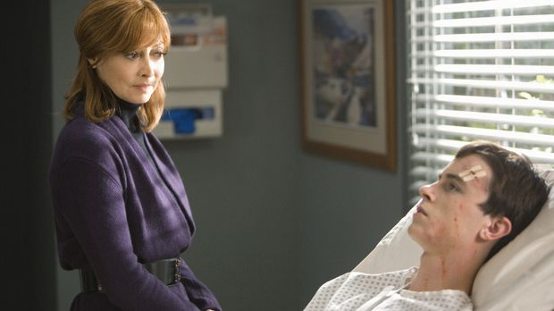 Elena Bancroft (Sharon Lawrence, l.) ahnt nichts von dem Geheimnis das ihr So...
