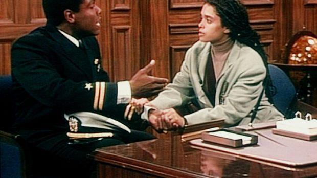 Martin (Joseph C. Phillips, l.) macht seiner Frau Denise (Lisa Bonet, r.) Vor...