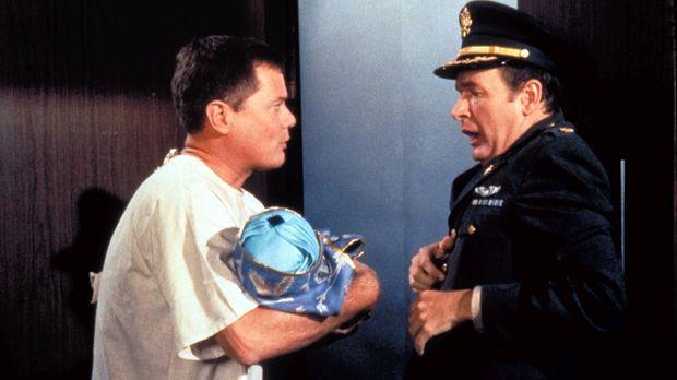 Tony Nelson (Larry Hagman, l.) erscheint in seiner Not mit dem Baby Abdullah...