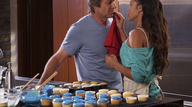 Eigentlich sollte Spence (Grant Show, l.) Rosie (Dania Ramirez, r.) nur bei d...