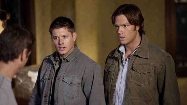 Dean (Jensen Ackles, l.) und Sam (Jared Padalecki, r.) untersuchen ein Haus,...