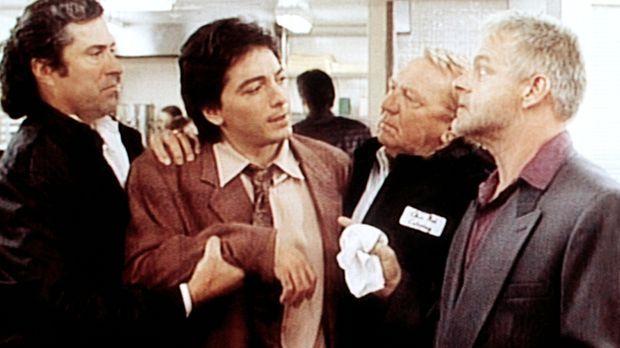 Jack (Scott Baio, 2.v.l.) erkundigt sich vorsichtig bei Big Angie (Michael Ch...