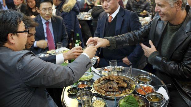 Anthony Bourdain (r.) reist nach Südkorea und geht dort auf kulinarische Entd...