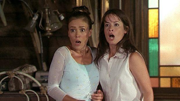 Phoebe (Alyssa Milano, l.) und Piper (Holly Marie Combs, r.) trauen ihren Aug...