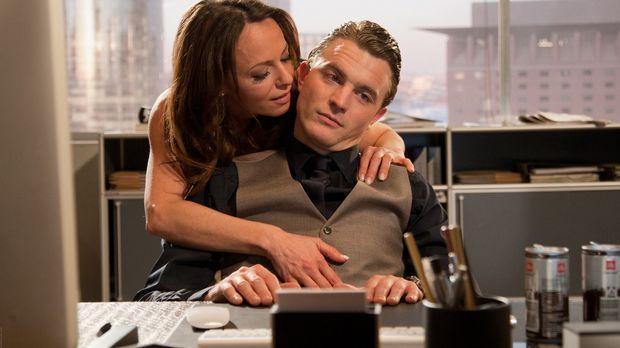 Mitten in einem wichtige Pokerspiel taucht Rita (Judith Kernke, l.) bei Tom (...
