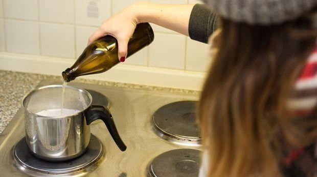 Zubereitung von warmem Bier im Kochtopf auf dem Herd