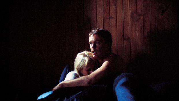 Mitten in der Nacht kommt es zu einem Bergrutsch. Stuart (Craig McLachlan, r....