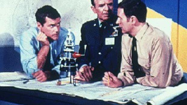 Tony (Larry Hagman, l.) und Roger (Bill Daily, r.) sind gerade mit den Berech...