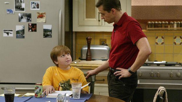 Alan (Jon Cryer, r.) will seinem Sohn Jake (Angus T. Jones, l.) erklären, das...