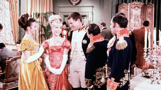 Jeannie (Barbara Eden, 2.v.l.) versetzt sich mit Tony (Larry Hagman, 3.v.r.)...