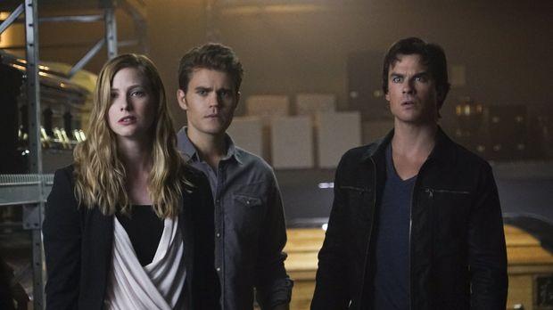 Valerie (Elizabeth Blackmore, l.) macht Stefan (Paul Wesley, M.) und Damon (I...