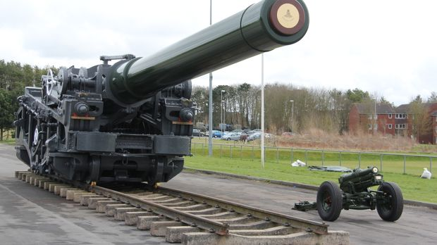 Innerhalb von 24 Stunden muss das Transportteam die gigantische Waffe zu eine...