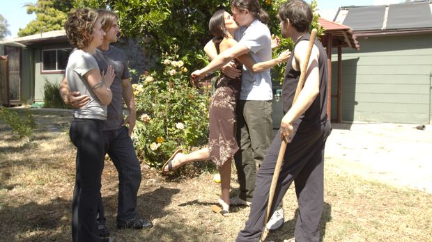 Das polygame Leben hält auch für Jen (l.), Michael (2.v.l.), Kamala (M.), Jas...