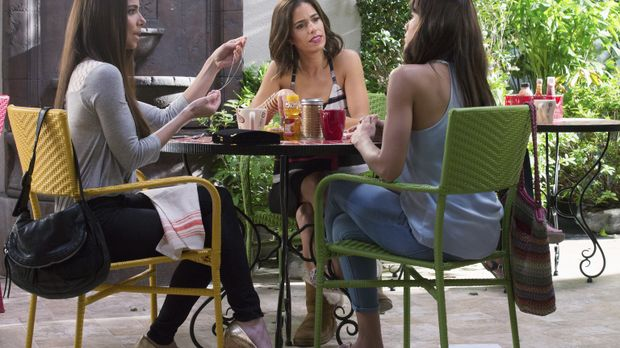Während Rosie (Dania Ramirez, r.), Carmen (Roselyn Sanchez, l.) und Marisol (...