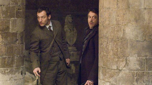 Kaum haben Holmes (Robert Downey Jr., r.) und sein Gehilfe Dr. Watson (Jude L...
