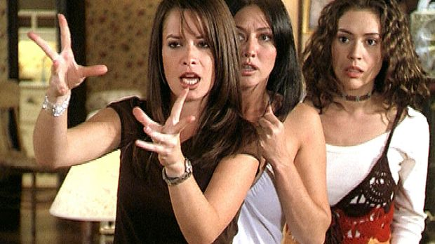 Piper (Holly Marie Combs, l.), Prue (Shannen Doherty, M.) und Phoebe (Alyssa...