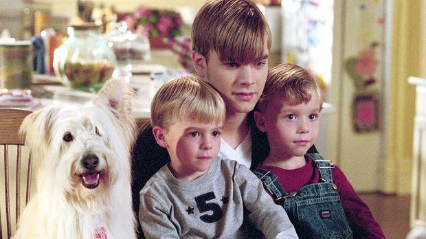 Simon (David Gallagher, 2.v.r.) passt auf die Zwillinge Samuel und David (Nik...
