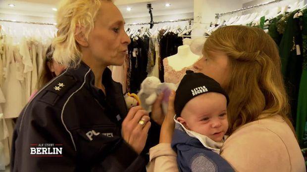 Auf Streife - Berlin - Auf Streife - Berlin - Paketbotin Findet Baby In Ihrem Wagen