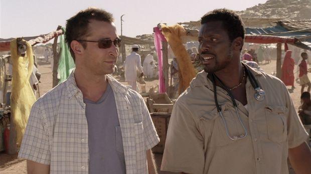 Carter (Noah Wyle, l.) wird angeleitet von dem erfahrenen einheimischen Arzt...