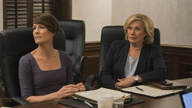 Claire (Robin Wright, l.) und Catherine Durant (Jayne Atkinson, r.) ahnen noc...