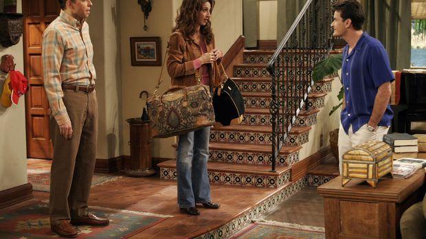 Charlie (Charlie Sheen, r.) traut seinen Augen nicht, als er Judith (Marin Hi...